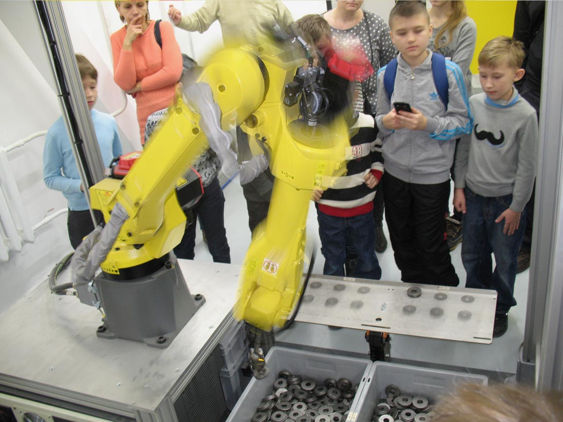 """Как и с помощью чего робот """"видит"""", захватывает, перекладывает?"""
