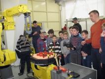 Дети пробуют сами управлять роботом