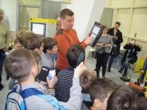 Дмитрий Курнявко, представитель компании FANUC объясняет как управлять роботом в ручном режиме.